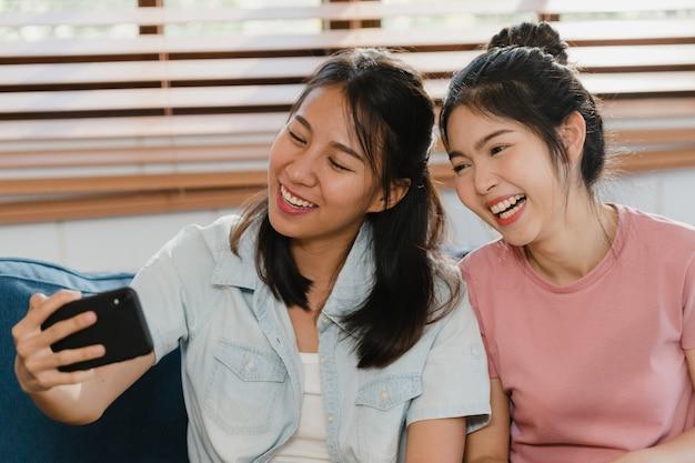 Jeune couple de femmes lesbiennes lgbtq selfie à la maison.
