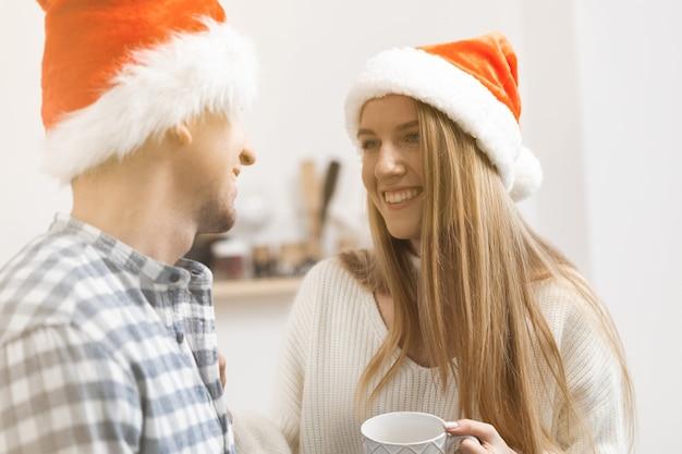 Jeune couple festif passant du temps ensemble dans la chambre