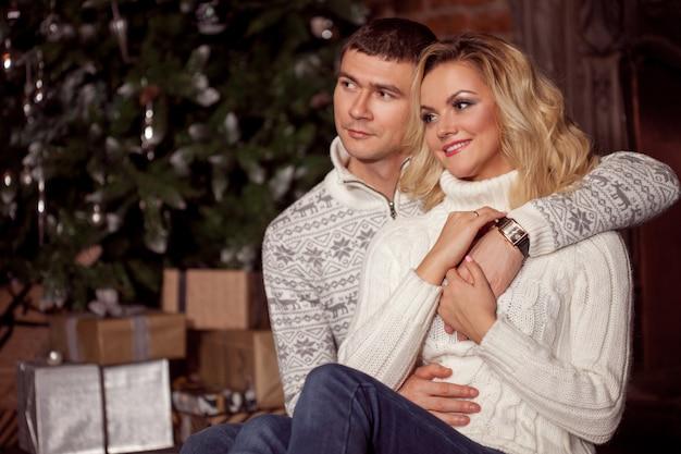 Jeune couple fête le nouvel an à la maison.