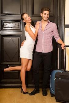Un jeune couple flirtant à la porte en lune de miel