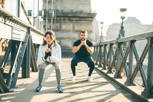 Jeune couple en formation en milieu urbain