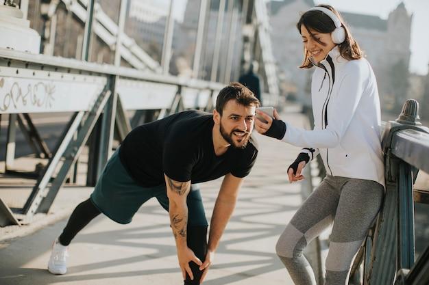 Jeune couple a une formation en milieu urbain