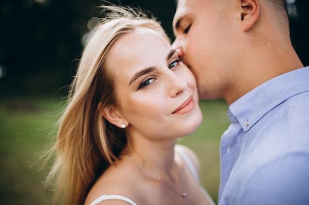 Jeune couple futur mariée et le marié