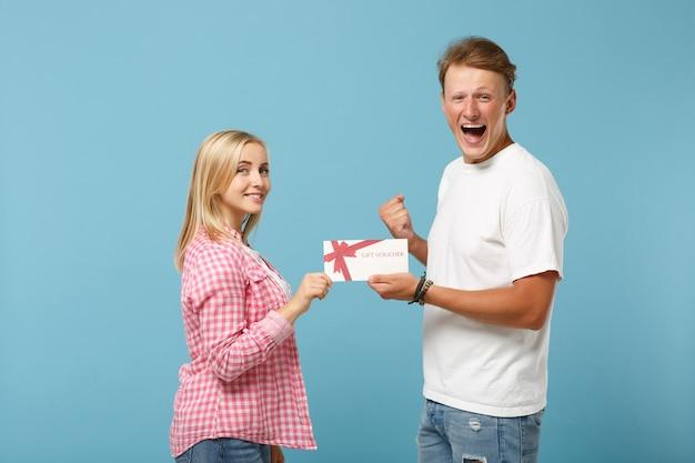 Jeune couple gai deux amis gars et femme en t-shirts blancs vides roses blancs posant