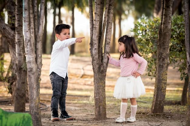Jeune couple, garçon et fille est amoureux