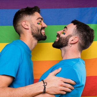 Jeune couple de gays embrassant