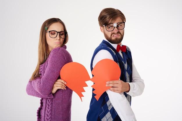 Jeune couple de geek à la recherche drôle de rupture isolé
