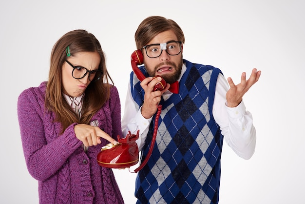 Jeune couple de geek à la recherche drôle s'amusant isolé