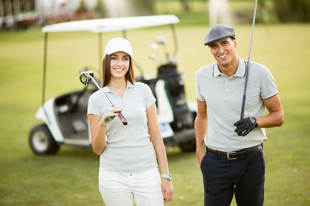 Jeune couple, golf, charrette