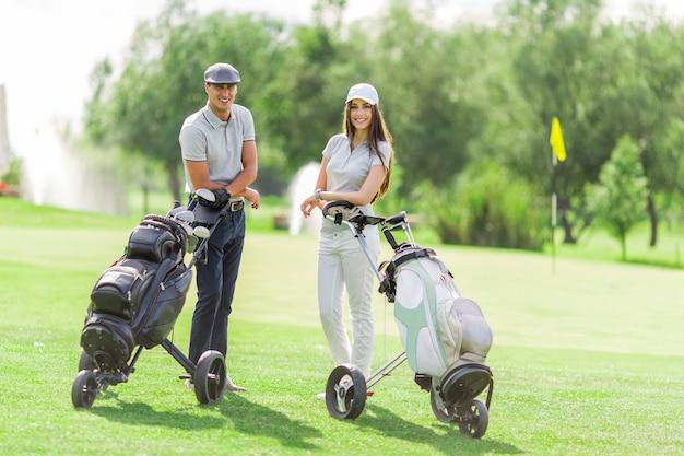Jeune couple, golf jouant