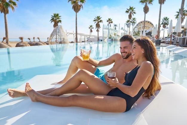 Jeune couple sur un hamac au beach resort