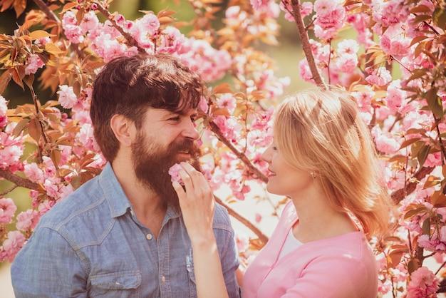 Jeune couple heureux amoureux à l'extérieur je t'aime aimer homme et femme lors d'une promenade dans une p...