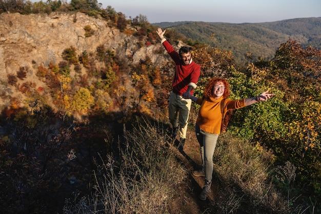 Jeune couple heureux amoureux passer belle journée d'automne ensoleillée dans la nature.