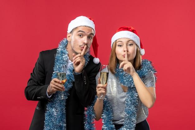 Jeune couple heureux célébrant l'amour de noël fête du nouvel an