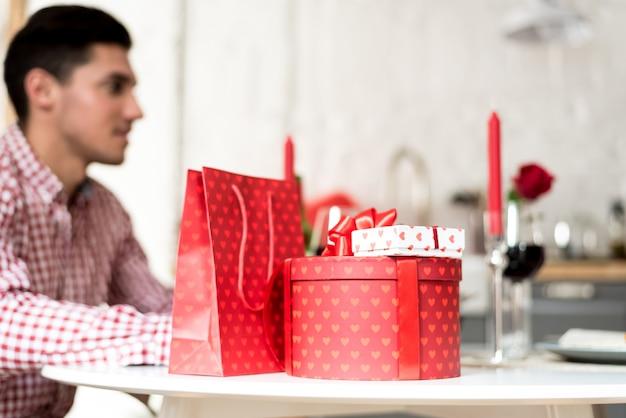Jeune couple heureux célébrant la saint-valentin avec un dîner à la maison, boire du vin, santé.