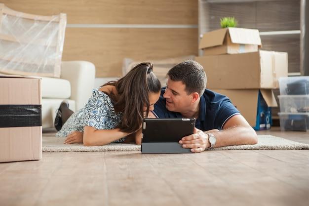 Jeune couple heureux dans sa nouvelle maison. couple parle de l'avenir.
