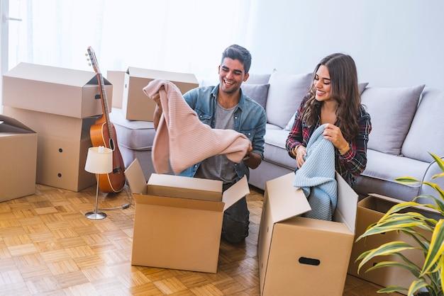 Jeune couple heureux déménage dans une nouvelle maison.