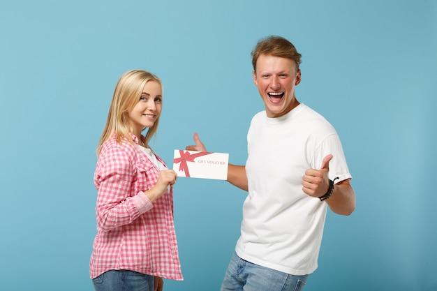 Jeune couple heureux deux amis gars et femme en t-shirts vides roses blancs posant