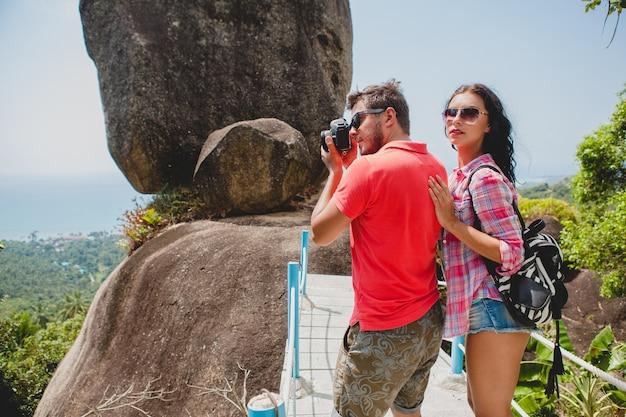 Jeune couple heureux hipster amoureux voyageant à travers le monde