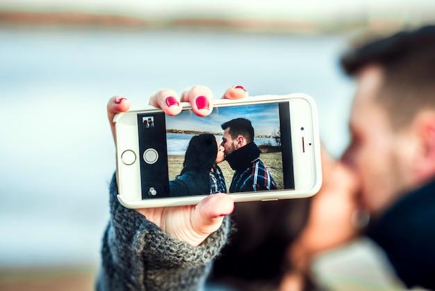 Jeune couple heureux en plein air sur la plage