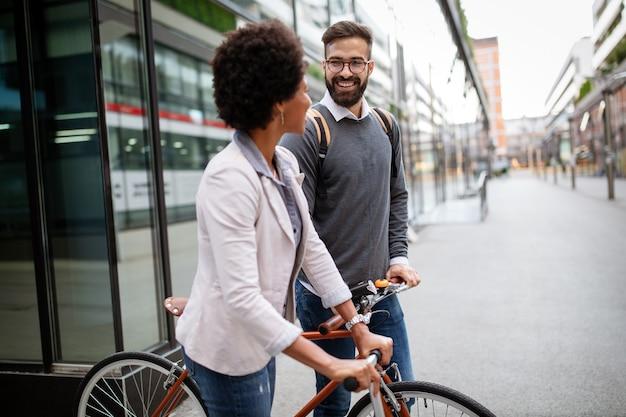 Jeune couple heureux s'amuser dans la ville et faire du vélo