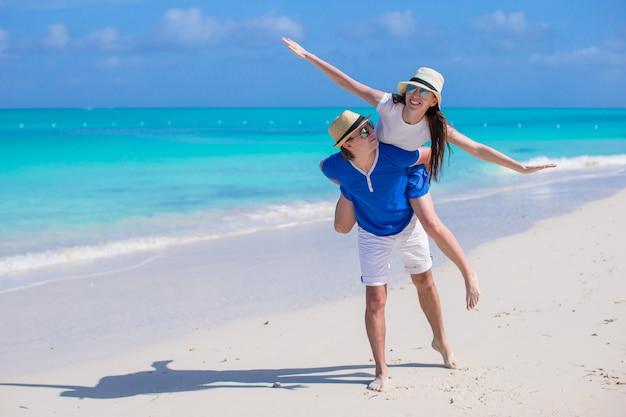 Jeune couple heureux s'amuser en vacances d'été