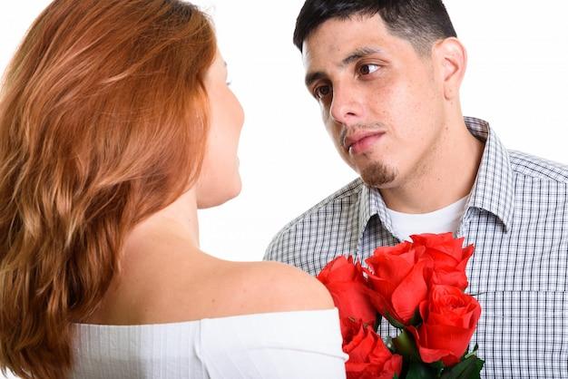 Jeune couple heureux souriant et amoureux de l'homme regardant la femme avec amour