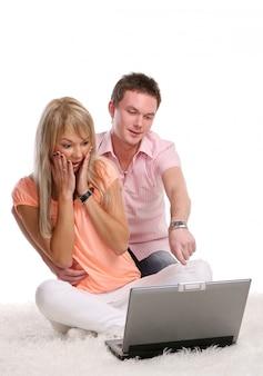 Un jeune couple heureux