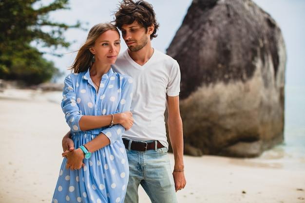 Jeune couple hipster élégant amoureux sur la plage tropicale pendant les vacances