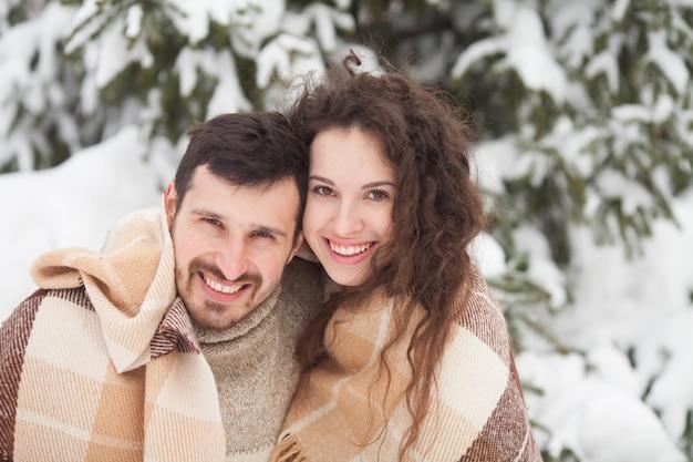 Jeune couple en hiver