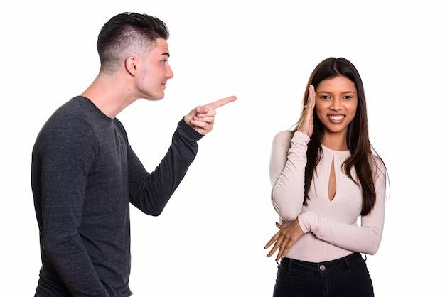Jeune couple, à, homme, doigt pointé, et, femme