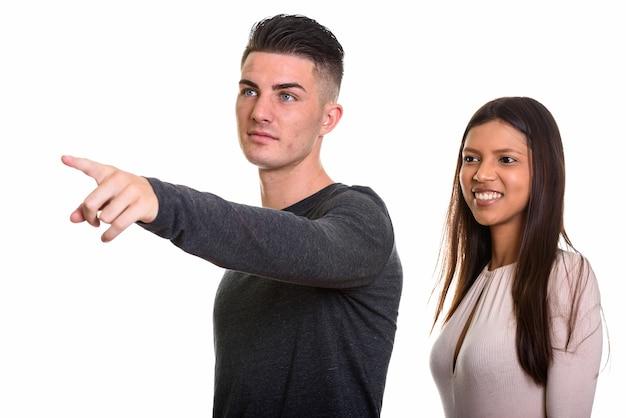 Jeune couple, à, homme, doigt pointé
