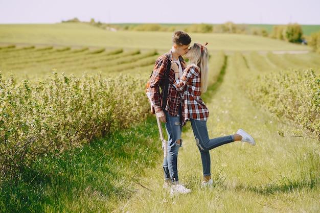 Jeune couple homme et femme dans un champ d'été