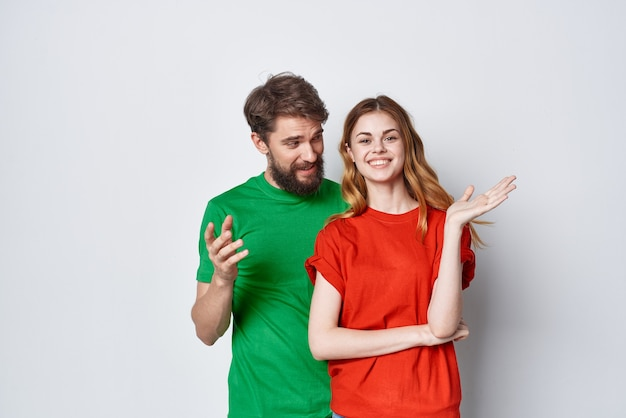 Un jeune couple hug amitié t-shirts colorés famille fond isolé. photo de haute qualité