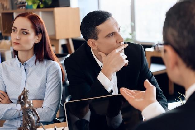 Jeune couple en instance de divorce regarde dans des directions différentes.
