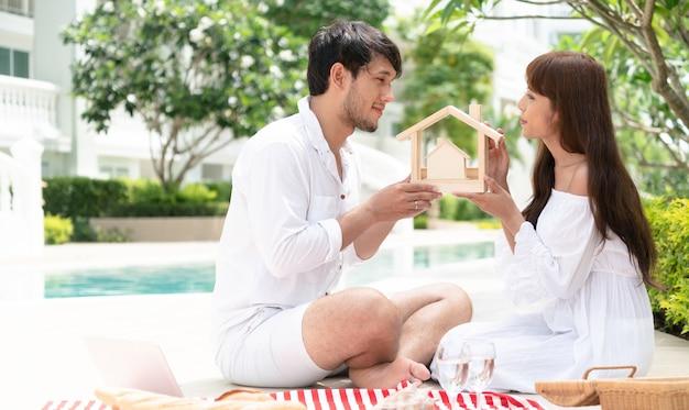Jeune couple a l'intention d'acheter un concept de maison.