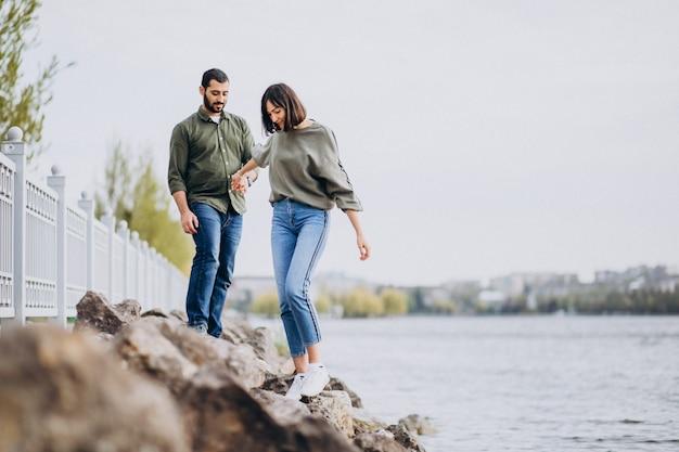 Jeune couple international ensemble dans le parc