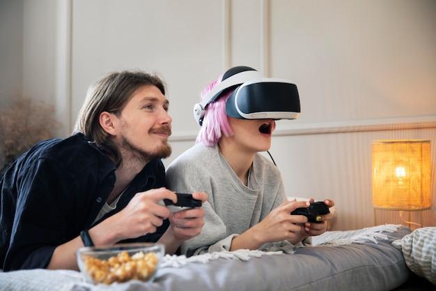 Jeune couple jouant à un jeu vr