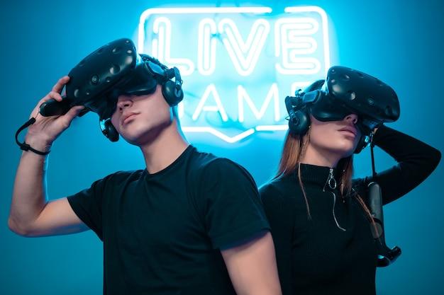 Jeune couple jouant à des jeux. e-sports.