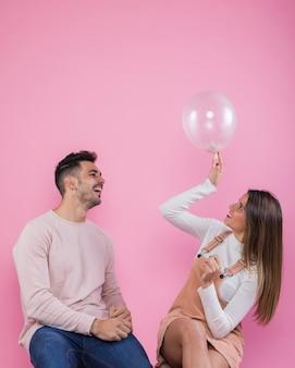 Jeune couple jouant avec une montgolfière