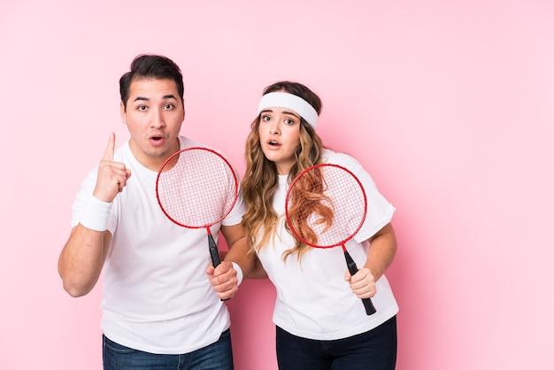 Jeune couple, jouer badminton