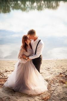 Jeune couple le jour du mariage au bord du lac