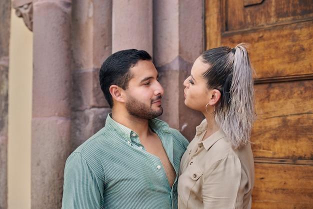 Jeune couple latin masculin et féminin se regardant amoureux entre 25 et 35 ans
