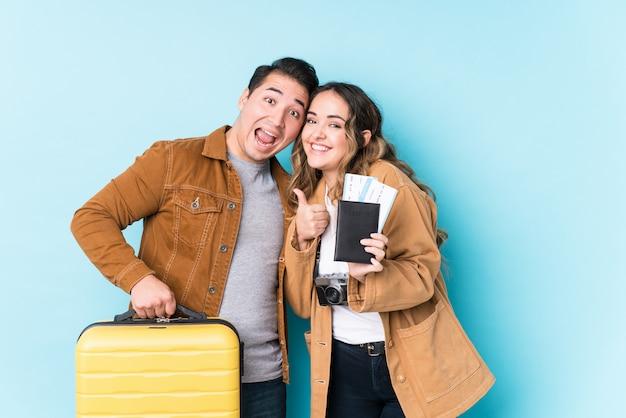 Jeune couple latin prêt à voyager