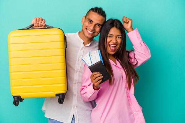 Jeune couple latin va voyager isolé sur fond bleu