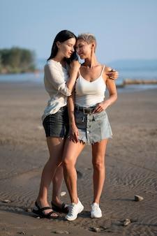 Jeune couple de lesbiennes au bord de la mer