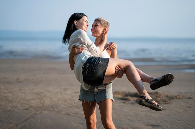 Jeune couple de lesbiennes portant