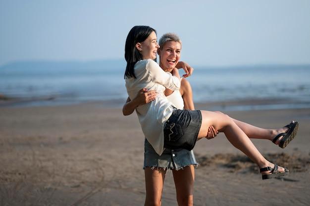 Jeune couple de lesbiennes en riant