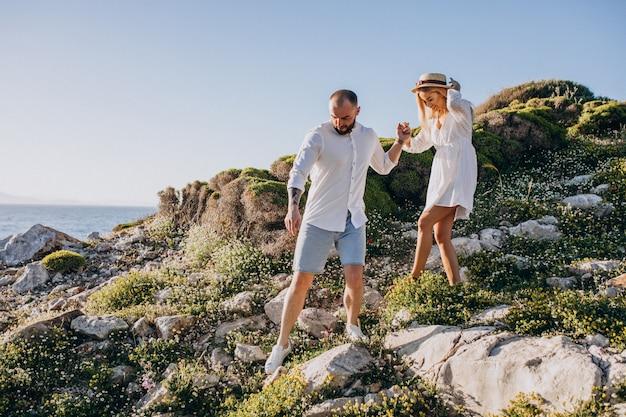 Jeune couple en lune de miel en grèce au bord de la mer