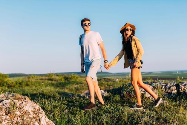 Jeune couple main dans la main pendant la randonnée